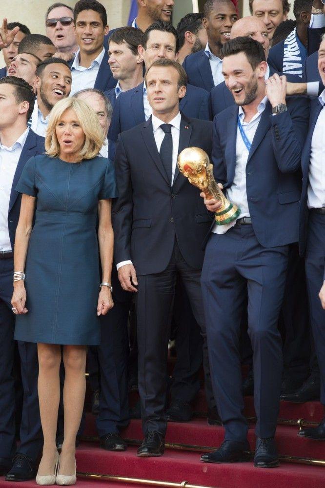 PhotosBrigitte Bleus Montre La Gambettes Ses Macron Aux Robe 0OkwNP8nXZ