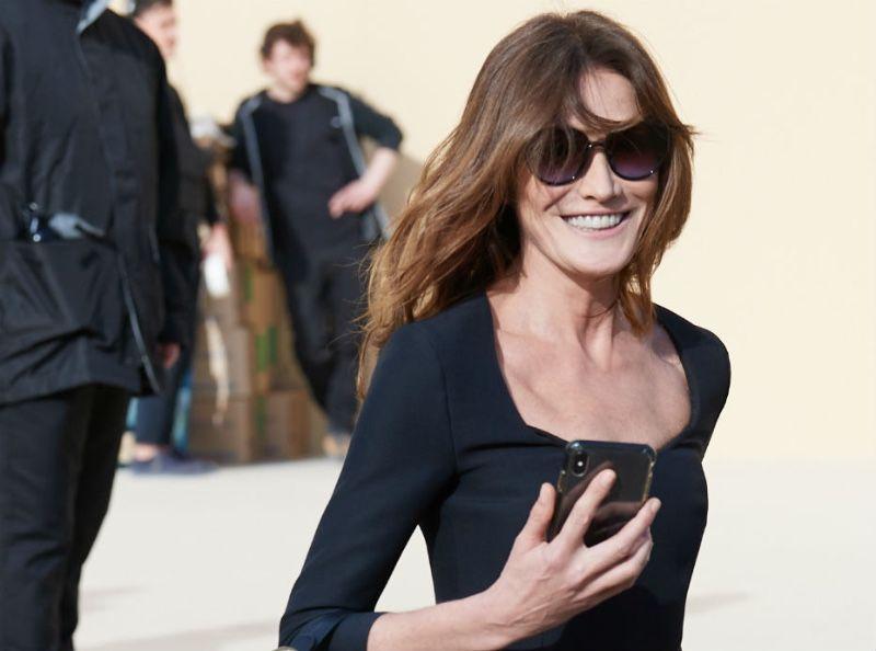 PHOTOS - Carla Bruni sans Nicolas Sarkozy à la Fashion Week de Paris... Elle en profite pour porter des talons hauts !