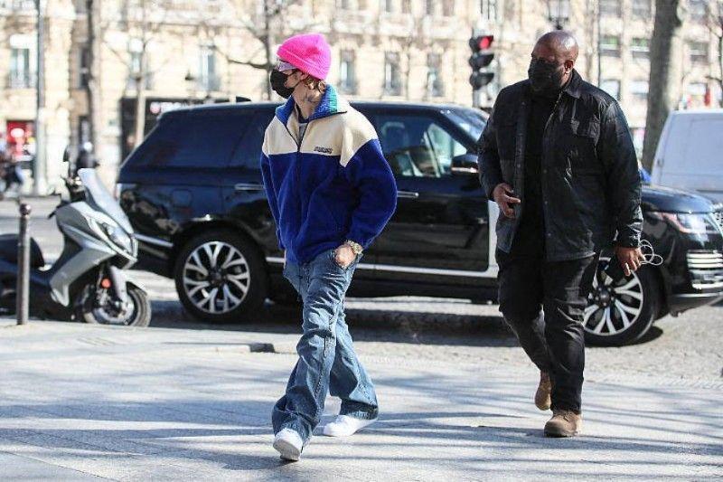 Photos : Justin Bieber en concert sur le toit de son hôtel parisien, la police obligée d'intervenir en urgence