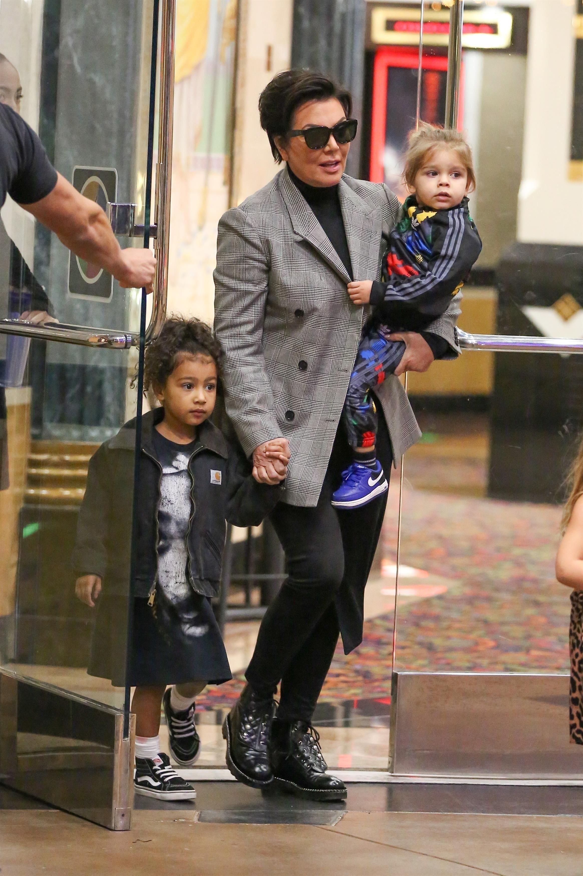 Kris Jenner : Elle réquisitionne les enfants de ses filles pour une virée shopping !