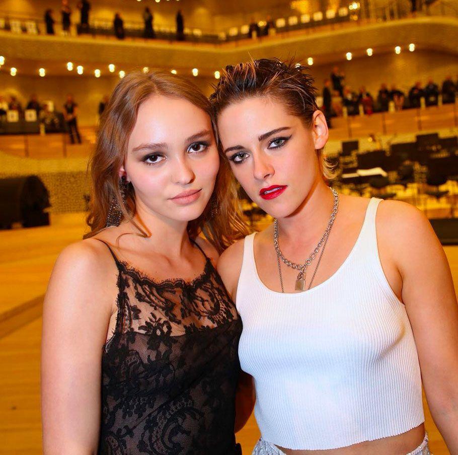 Lily-Rose Depp et Kristen Stewart présentent au défilé Chanel à Hambourg