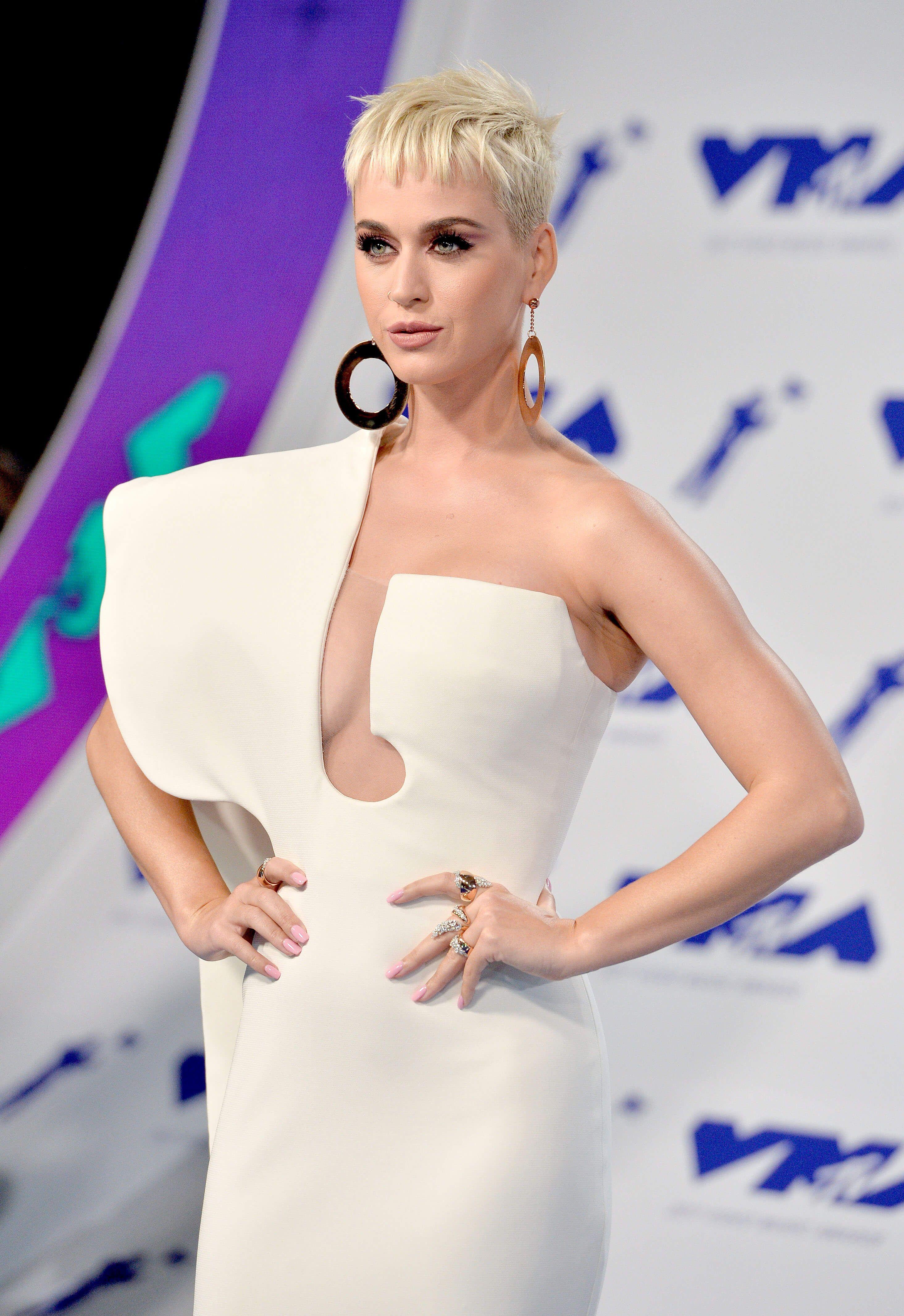 Katy Perry : sexy robe blanche asymétrique