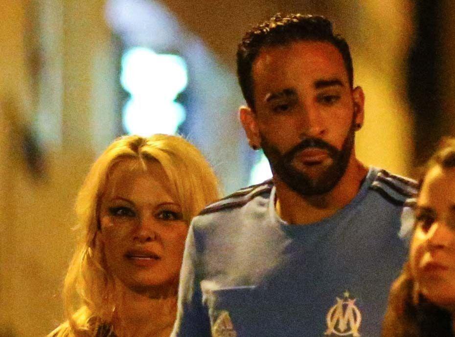 Pamela Anderson félicite les Bleus dans une tenue très osée...