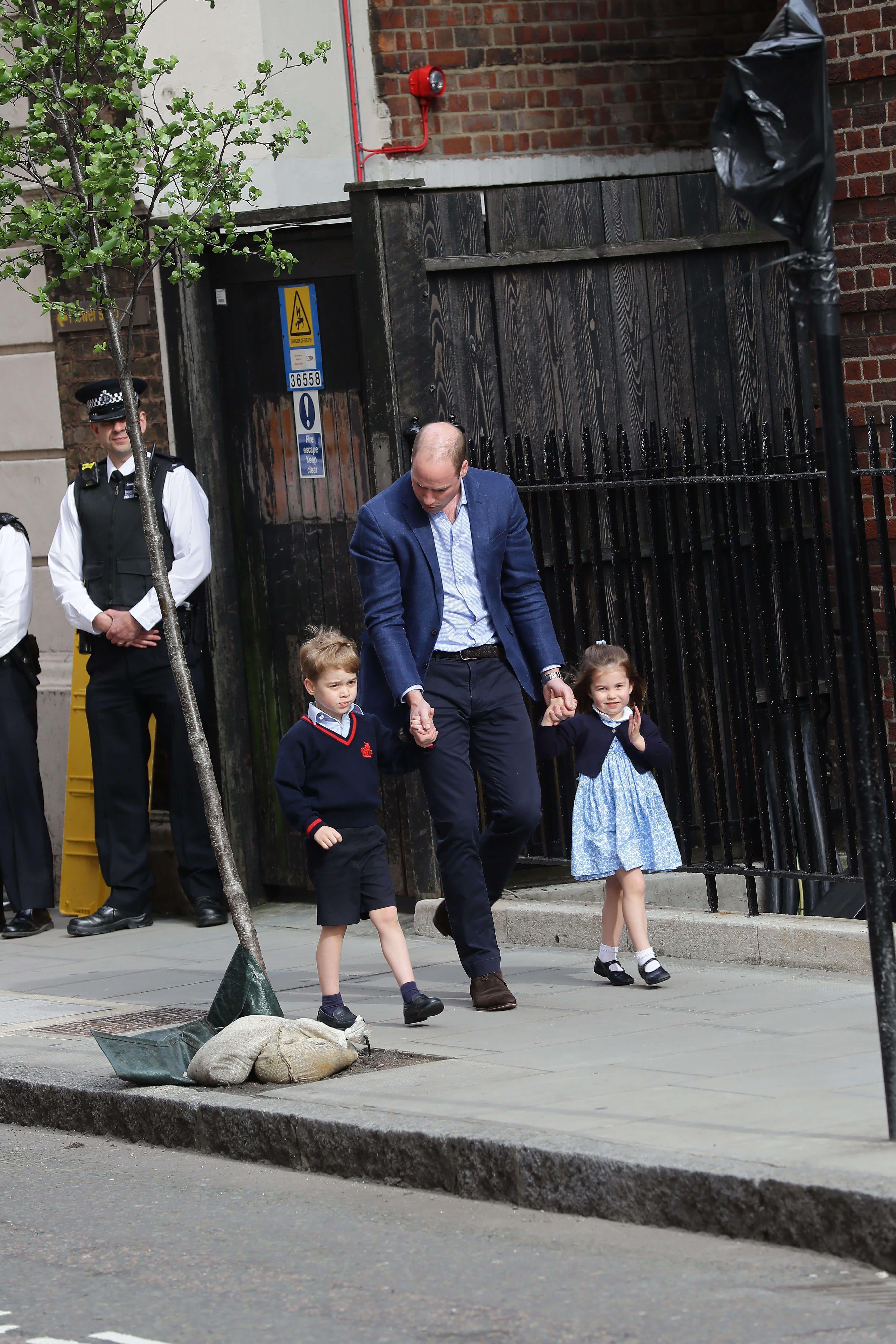 Prince William : Il arrive à la maternité en compagnie du prince George et de la princesse Charlotte