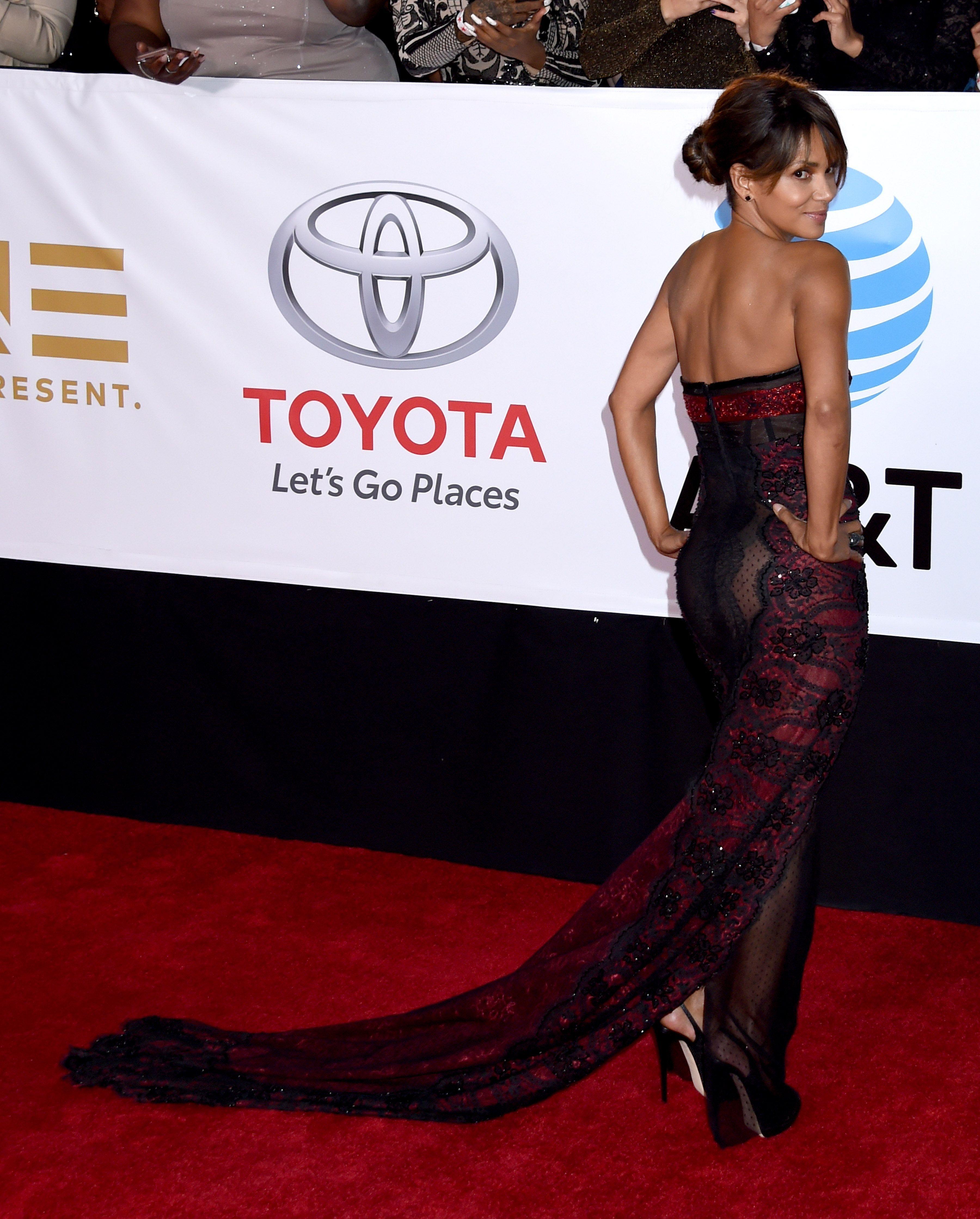 quand Halle Berry joue la carte de la transparence sur le tapis rouge !