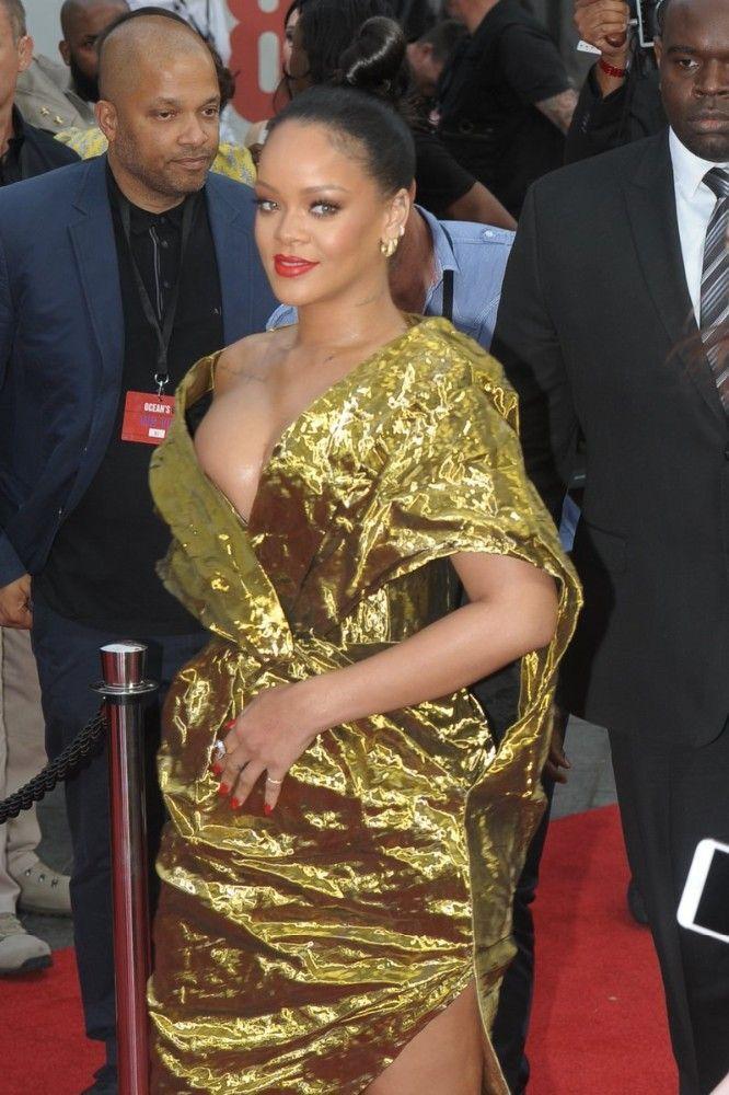 Rihanna a eu chaud, très chaud : son sein a failli la lâcher !
