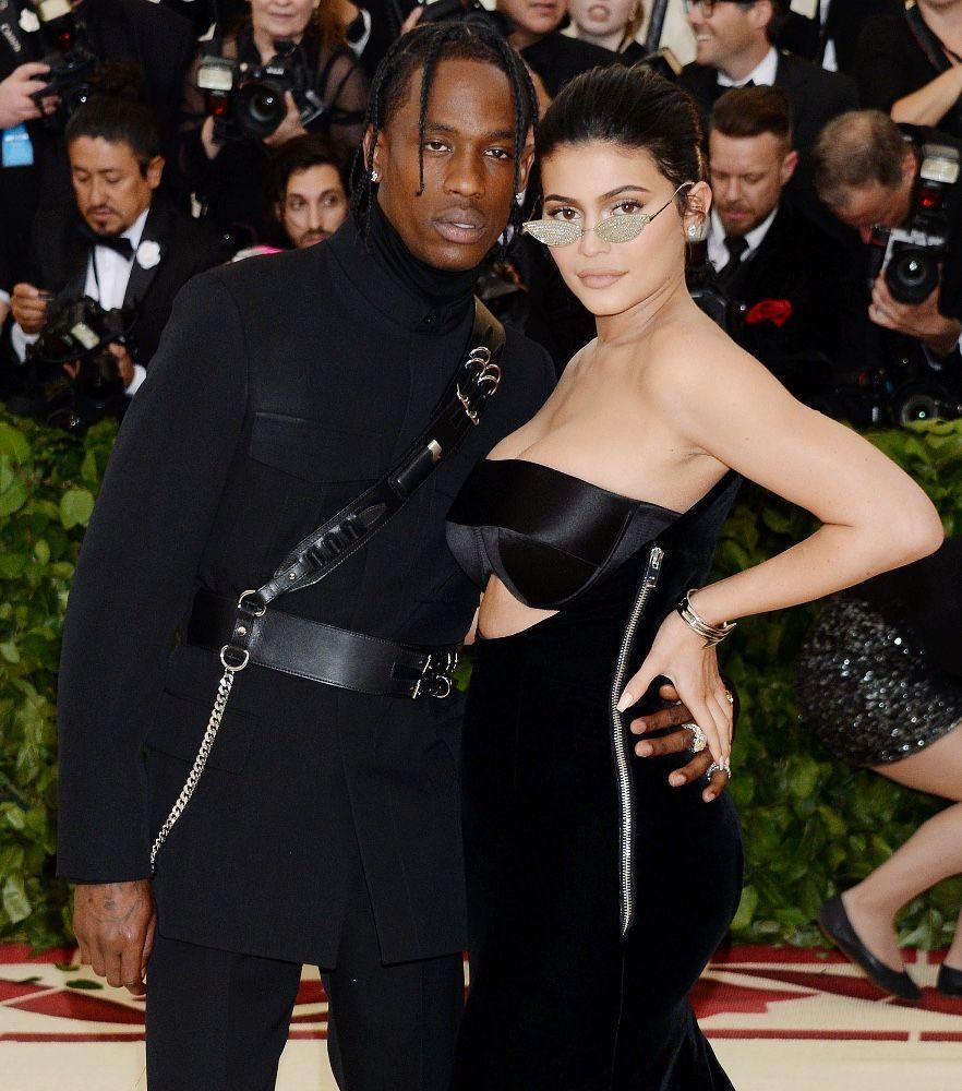 Travis Scott et Kylie Jenner : En couple à Paris, ils cèdent au romantisme !
