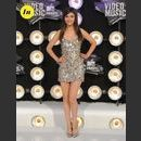 Le look de Victoria Justice aux MTV Video Music Awards 2011 : une robe à sequins dorés Theory and Rock et des chaussures Republic