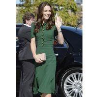 Public Buzz : Photos : Pourquoi Kate Middleton porte toujours des pochettes ?
