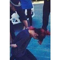 Lily Allen menottée en Australie, la photo qui ne passe pas...