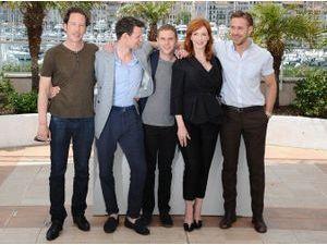Photos : Cannes 2014 : Ryan Gosling : entouré de tout le cast de sa première réalisation... Sauf Eva Mendes !