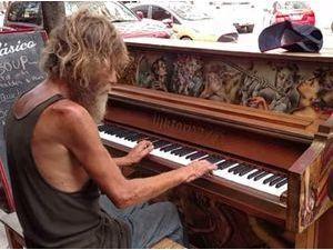Public Buzz : Vidéo : Le SDF, virtuose du piano, qui a ému toute la toile !