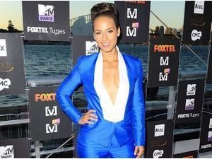 Alicia keys : pétillante dans un look chic au masculin !