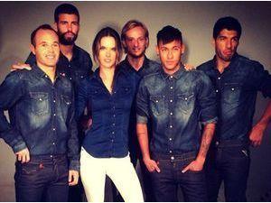 Alessandra Ambrosio : le top s'offre un shooting avec Gerard Piqué, Neymar, Iniesta, Suarez et Rakitic !