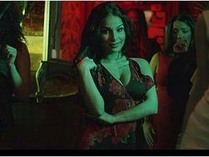 """Alonzo ft Maitre Gims : une candidate de télé-réalité sexy dans le nouveau clip """"Dans son sac"""" !"""