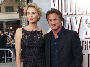 Charlize Theron : repérée avec un gros diamant au doigt... Ça sent les fiançailles avec Sean Penn !