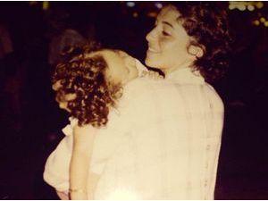 Mais qui est cette starlette endormie dans les bras de sa maman ?