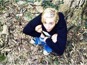 Miley Cyrus : visiblement, elle n'a pas trouvé le chemin des toilettes !