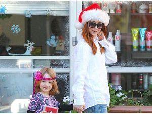 Photos : Alyson Hannigan : shopping de Noël détente aux côtés de sa petite Satyana !