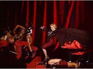 Photos : Brit Awards 2015 : Madonna chute violemment !