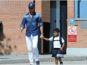Photos : Cristiano Ronaldo : en papa concerné, il va chercher lui-même son adorable fils à l'école