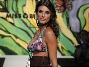 Photos : Elisabetta Canalis : elle défile pour Miss Bikini et nargue George Clooney !