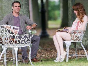 Photos : Emma Stone : concentrée face à Joaquim Phoenix sur le tournage du prochain film de Woody Allen !