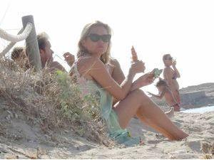 """Kate Moss : journée plage en solo pour la """"brindille"""" !"""