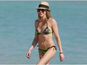 Photos : Katie Cassidy : la bombe d'Arrow joue les sublimes naïades à Miami !