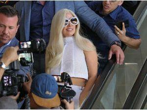 Photos : Lady Gaga : arrivée très attendue en blanc de la future mariée à Los Angeles !