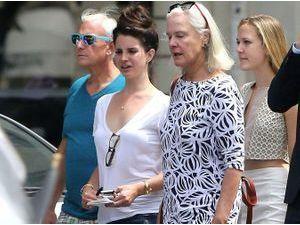 Photos : Lana Del Rey : de nouveau célibataire, elle s'entoure de ses parents pour flâner à Paris !