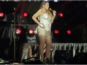 Photos : Mariah Carey : au secours la mini-robe sur scène !