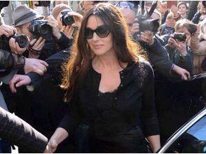 Photos : Monica Bellucci : bellissima et toute en volupté pour le défilé de Dolce & Gabbana !