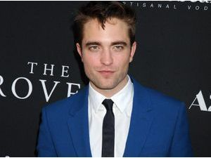 """Photos : Robert Pattinson : il ose le costume bleu à l'avant-première hollywoodienne de """"The Rover"""", et ça lui réussit !"""
