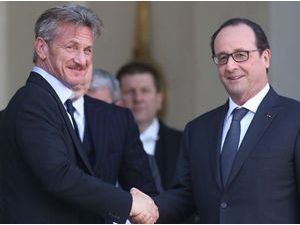 Sean Penn et François Hollande détendus sur le perron de l'Elysée