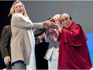 """Photos : Sharon Stone : elle reçoit le """"Prix de la Paix"""" des mains du Dalai-Lama... Et laisse échapper quelques larmes !"""