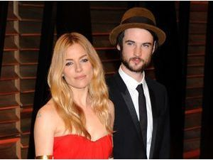 Photos : Sienna Miller : canon en rouge, elle ne quitte plus d'un cheveu son Tom Sturridge chéri !