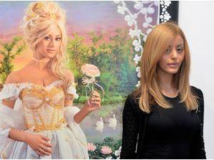 Photos : Zahia Dehar : une Marie-Antoinette presque intimidée à la FIAC !
