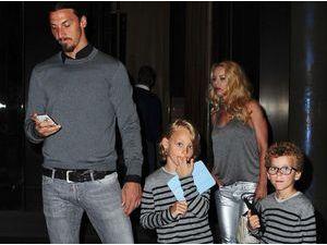 Photos : Zlatan Ibrahimovic : sortie avec sa jolie petite famille super stylée dans la nuit new-yorkaise !