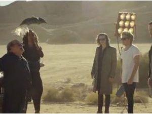 """Vidéo : One Direction : sous la direction de l'hilarant Danny DeVito dans le clip de """"Steal My Girl"""" !"""