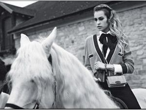 Mode : Alice Dellal jamais sans son Boy Chanel !