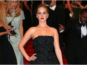Photos : MET BALL 2013 : Jennifer Lawrence : elle ose la voilette sur le red carpet !