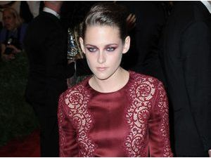 Photos : MET BALL 2013 : Kristen Stewart : combi bordeaux et make-up dark : le retour du look vampire ?