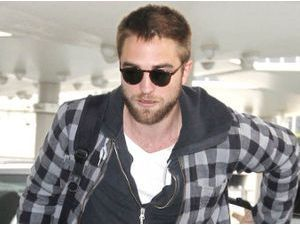 Photos : Robert Pattinson, la mine triste pour rentrer à Los Angeles et affronter Kristen Stewart !