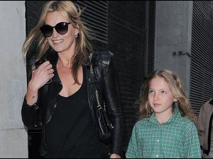 Photos : Kate Moss : sa petite Lila Grace est sa version miniature !