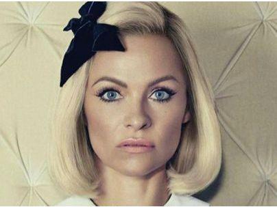 Pamela Anderson : métamorphosée pour un shooting !