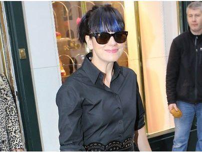 Photos : Lily Allen : taille de guêpe et frange bleue, elle dévalise les boutiques à Paris !