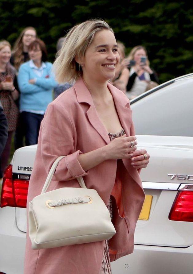 Emilie-Clarke-arrive-a-l-eglise-d-Aberdeen-en-Ecosse-pour-le-mariage-de-Kit-Harington-et-Rose-Leslie-23-juin-2018.jpg