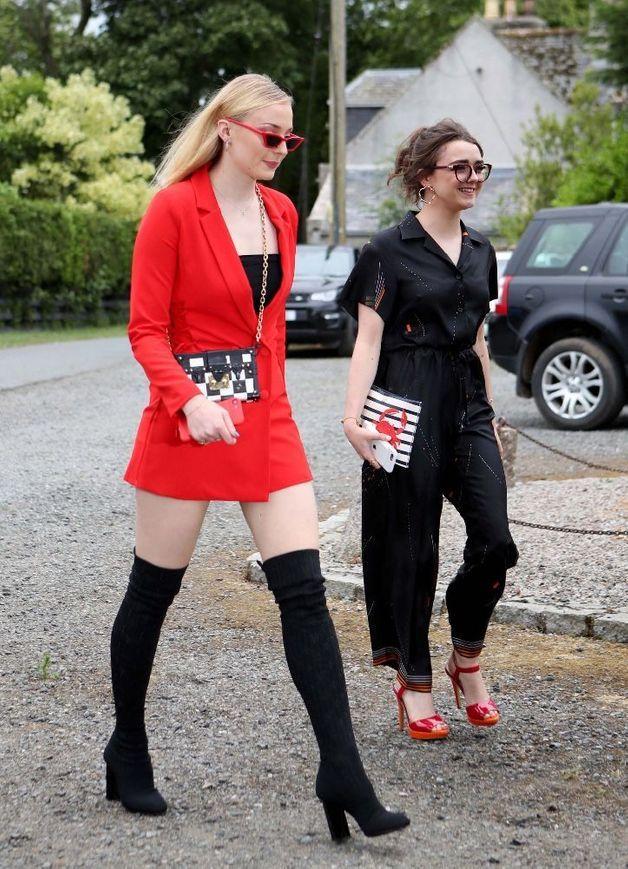Sophie-Turner-et-Maisie-Williams-arrivent-a-l-eglise-d-Aberdeen-en-Ecosse-pour-le-mariage-de-Kit-Harington-et-Rose-Leslie-23-juin-2018.jpg