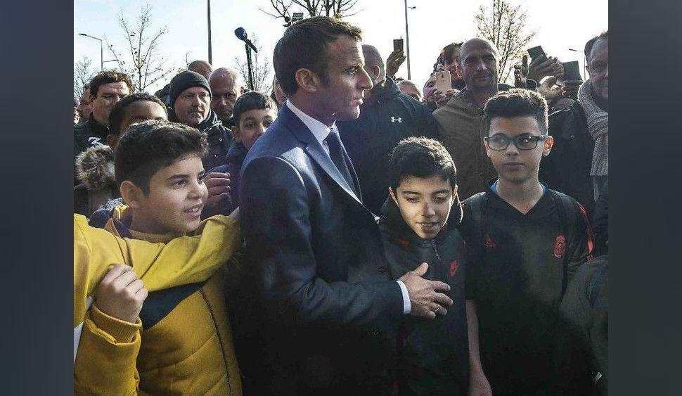 Emmanuel Macron : interpellé par un jeune pour... aller jouer à un jeu vidéo !